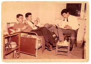 توفيق زياد يقرأ أمام سميح القاسم ومحمود درويش