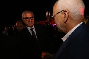 محمد جمور يصافح راشد الغنوشي